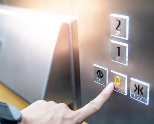 preso no elevador?
